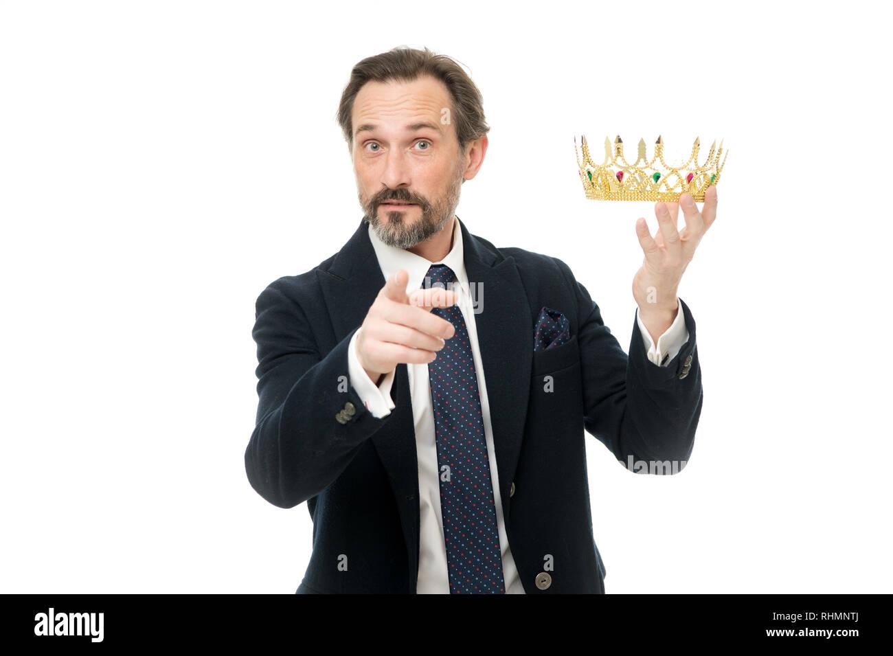 Un enorme privilegio. Conviértete en el rey ceremonia. Atributo de rey. Convertirse en el próximo rey. La monarquía las tradiciones familiares. Hombre naturaleza chico barbudo en traje retener la corona de oro símbolo de la monarquía. Línea directa con el trono. Imagen De Stock