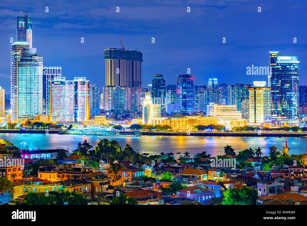xiamen china el 11 de octubre esta es una vista de noche de la ciudad de xiamen con la isla gulangyu en primer plano el 11 de octubre de 2018 en xiamen rhperr