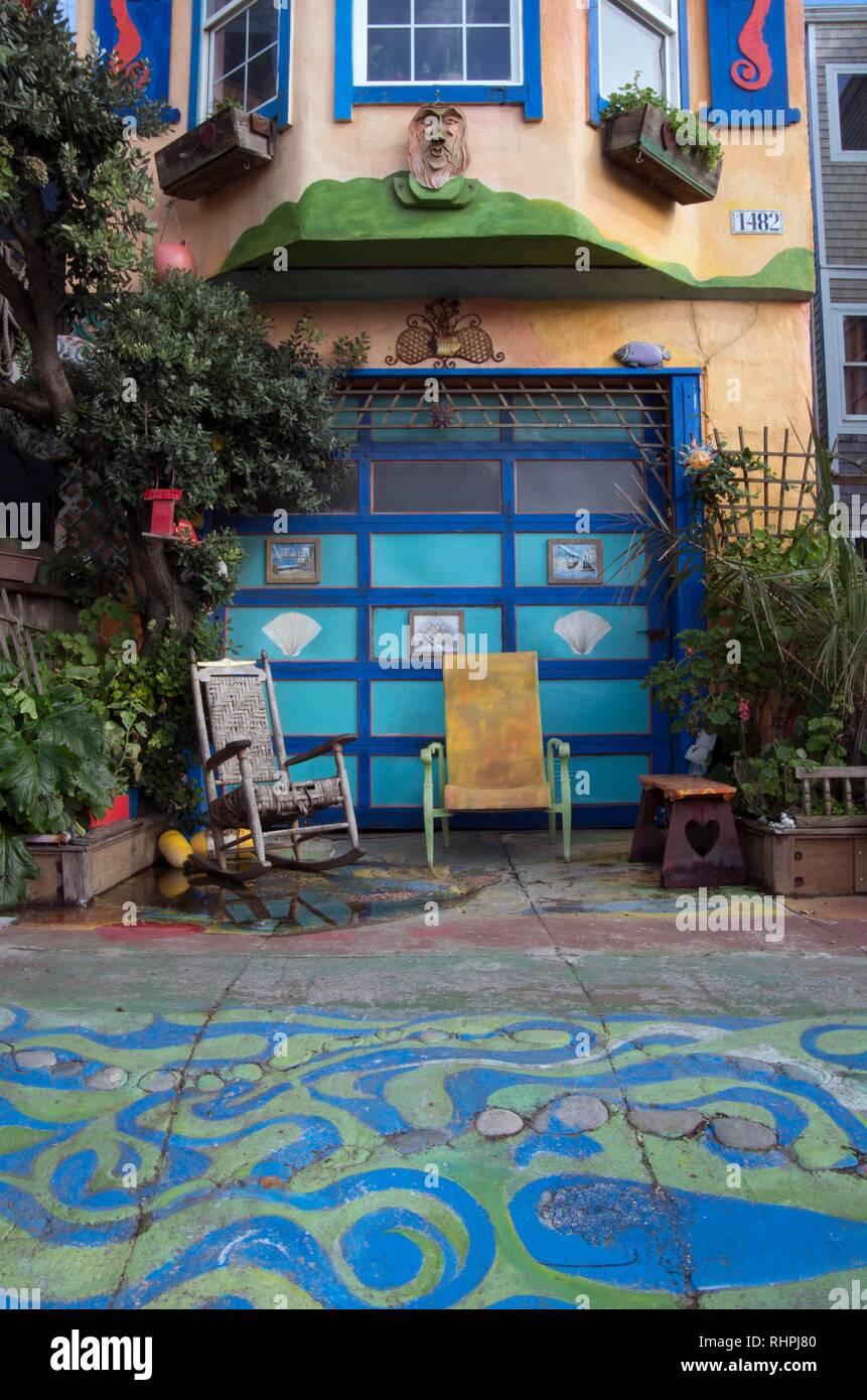 Esta casa cerca de Ocean Beach en San Francisco es colorida y vibrante, lo que hace que se destaque del resto del barrio. Foto de stock