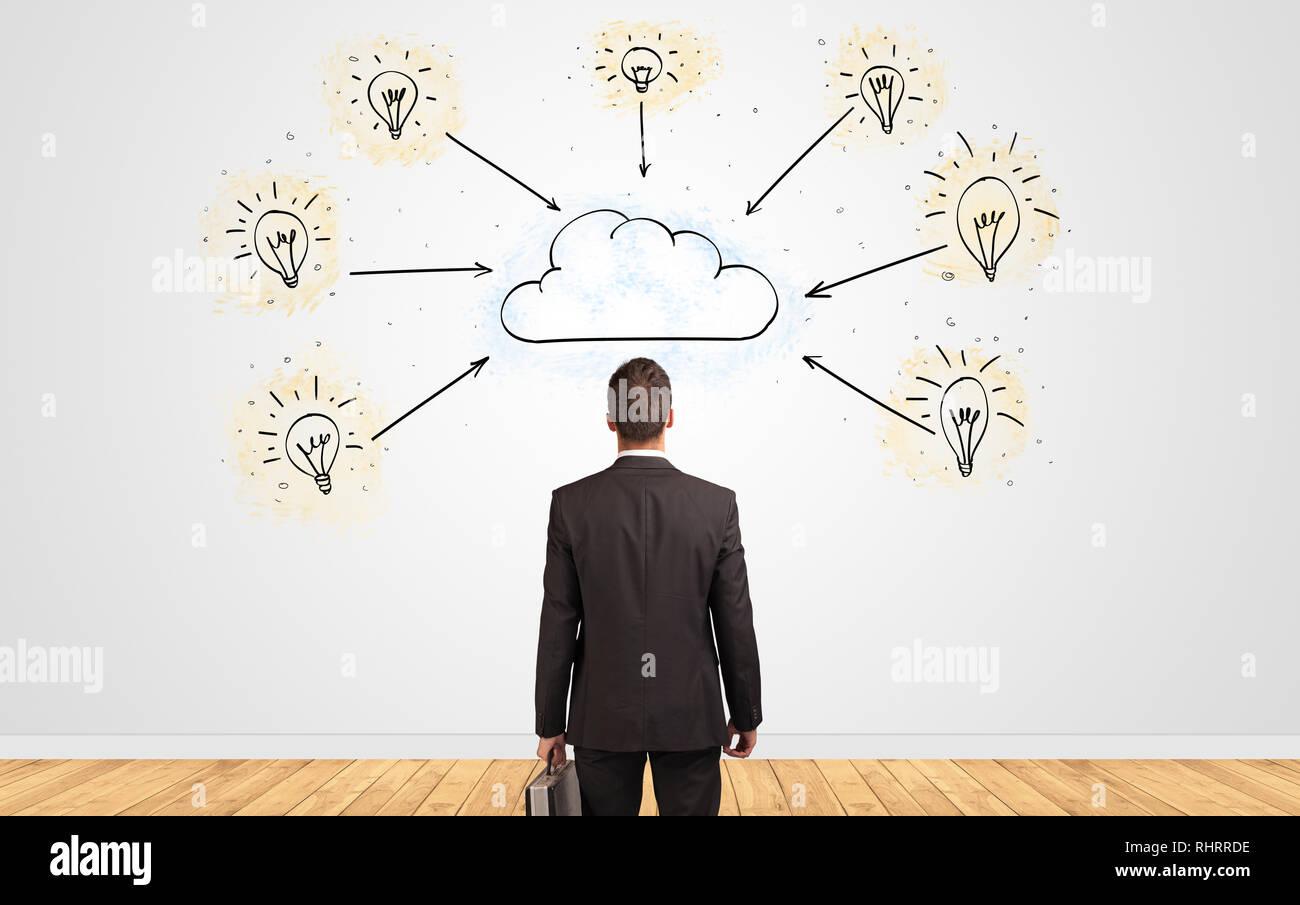 Joven empresario en duda buscando una pared con concepto de tecnología cloud Imagen De Stock