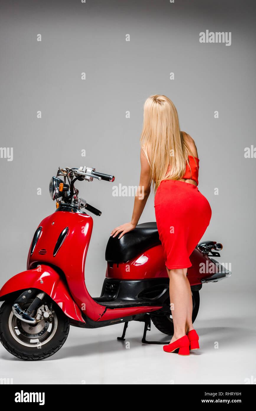 Vista Posterior De La Chica En Vestido Rojo Posando Con