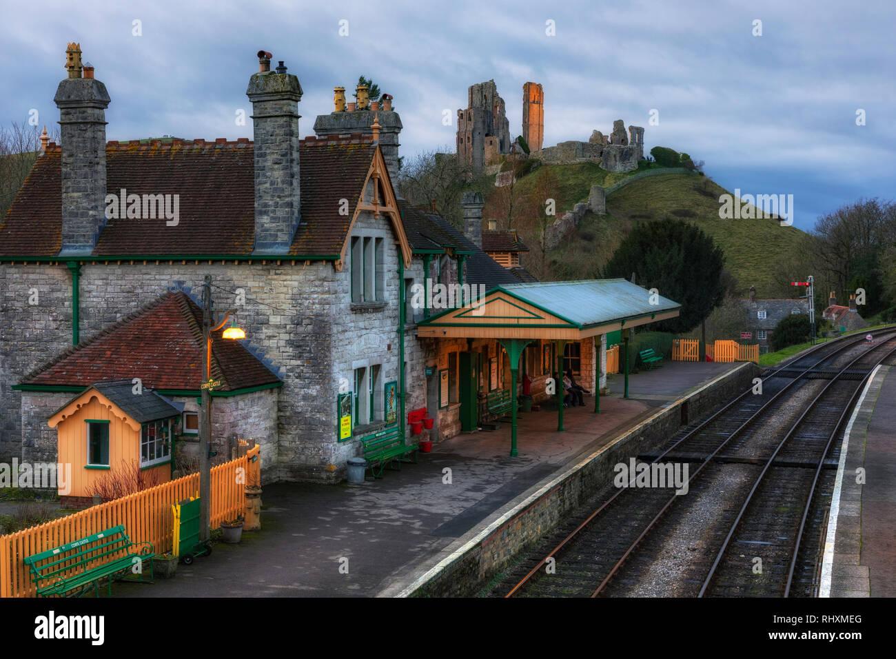 El castillo Corfe, un tren de vapor, Dorset, Inglaterra, Reino Unido Foto de stock