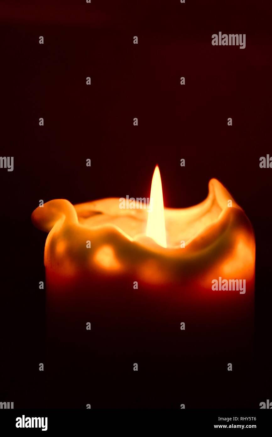 Vela en el cuarto oscuro Foto & Imagen De Stock: 234781238 - Alamy