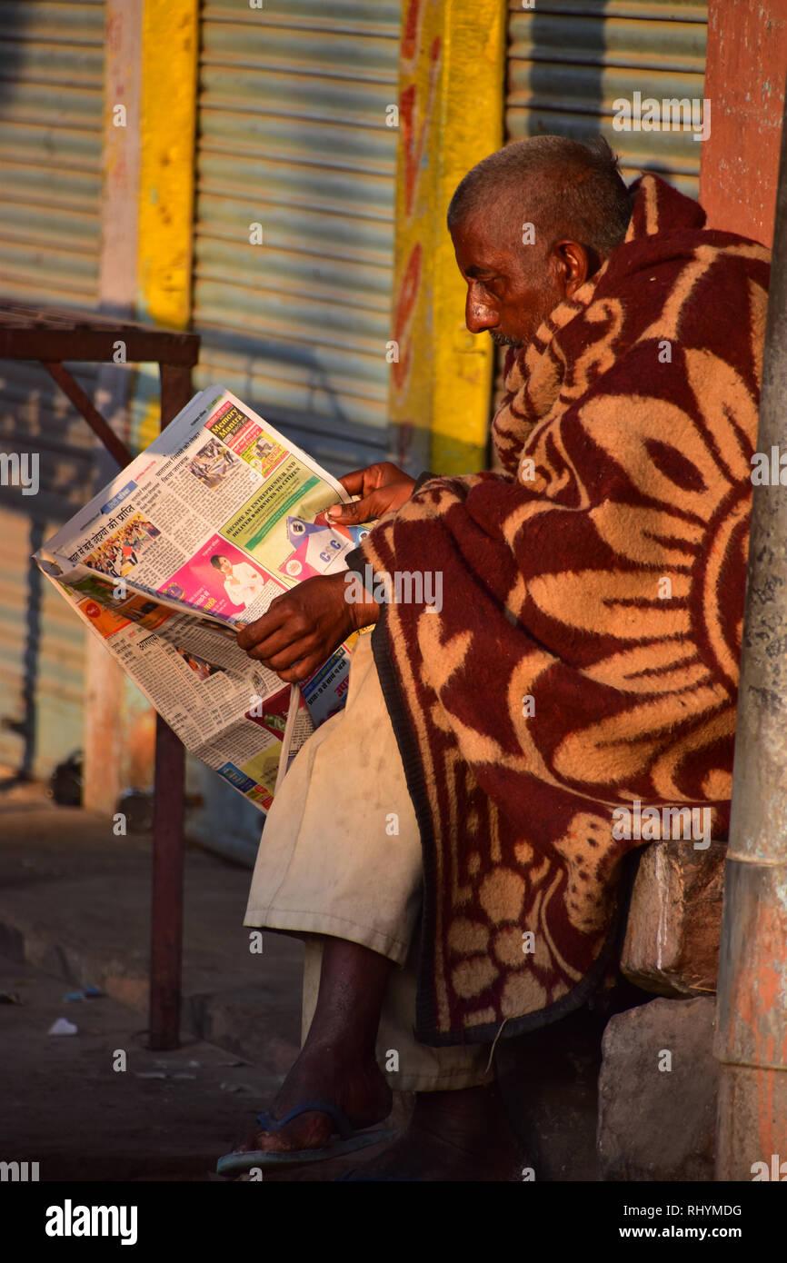 Lector de periódico indio, Sardar Market, Jodhpur, Rajasthan, India Foto de stock