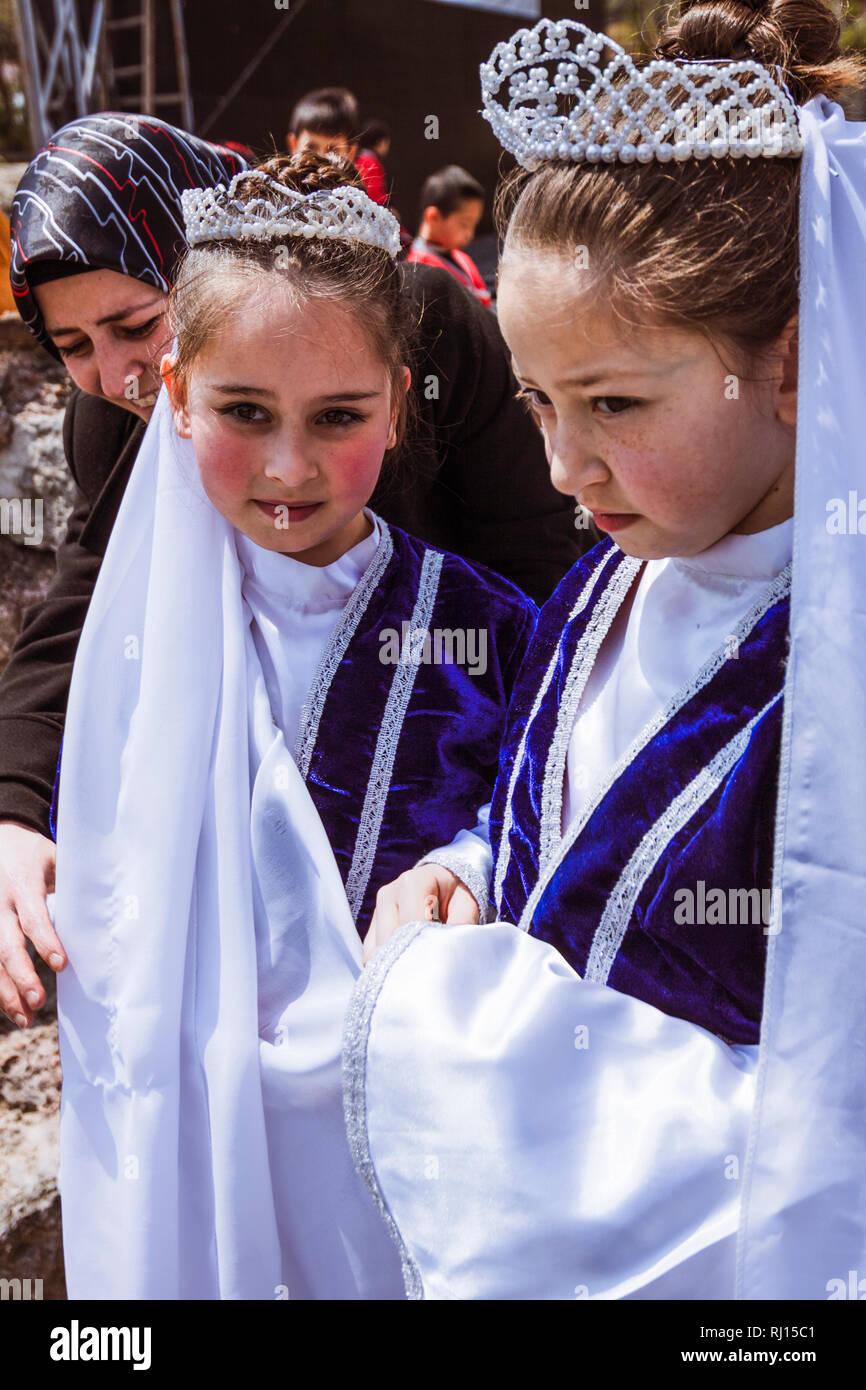 Estambul, Turquía : Retrato de dos niñas turcas ataviados con sus trajes tradicionales. Imagen De Stock