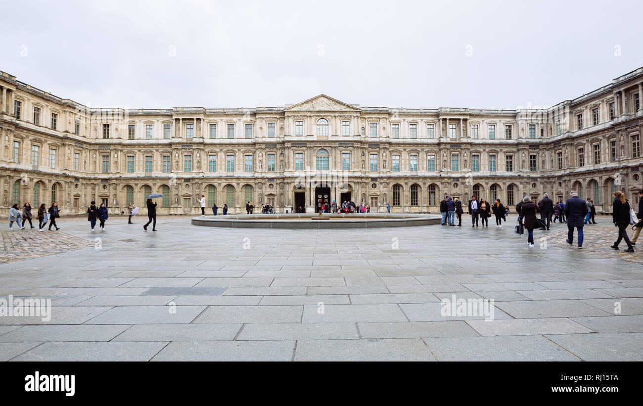 París, Francia - 10 de noviembre de 2018, - Vista del famoso Museo del Louvre en invierno y un día lluvioso. Museo del Louvre es uno de los museos más grande de todo el mundo Foto de stock