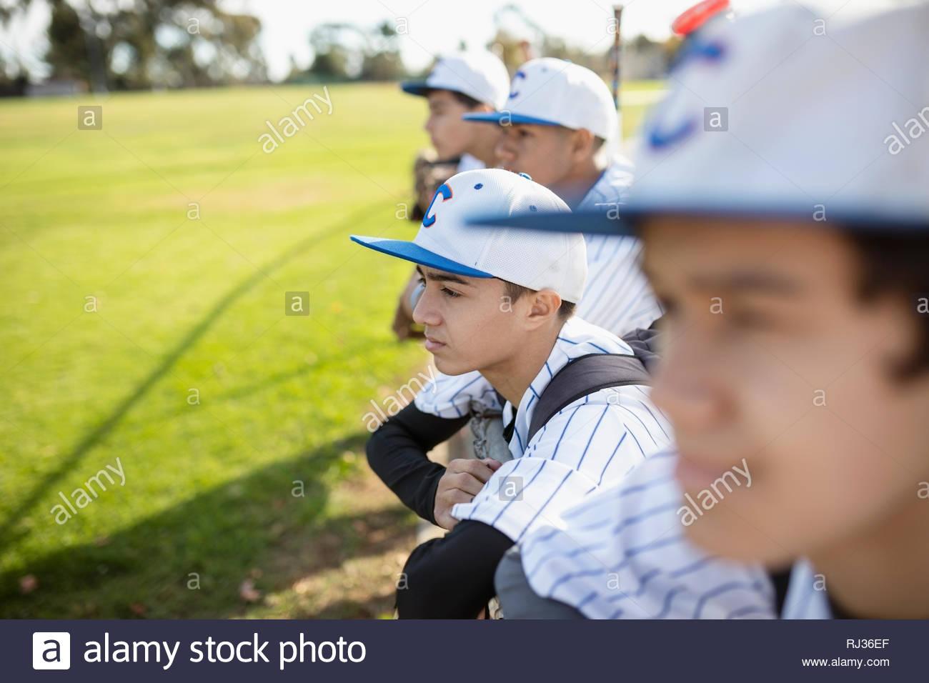 Jugador de béisbol concentrado viendo juego Imagen De Stock