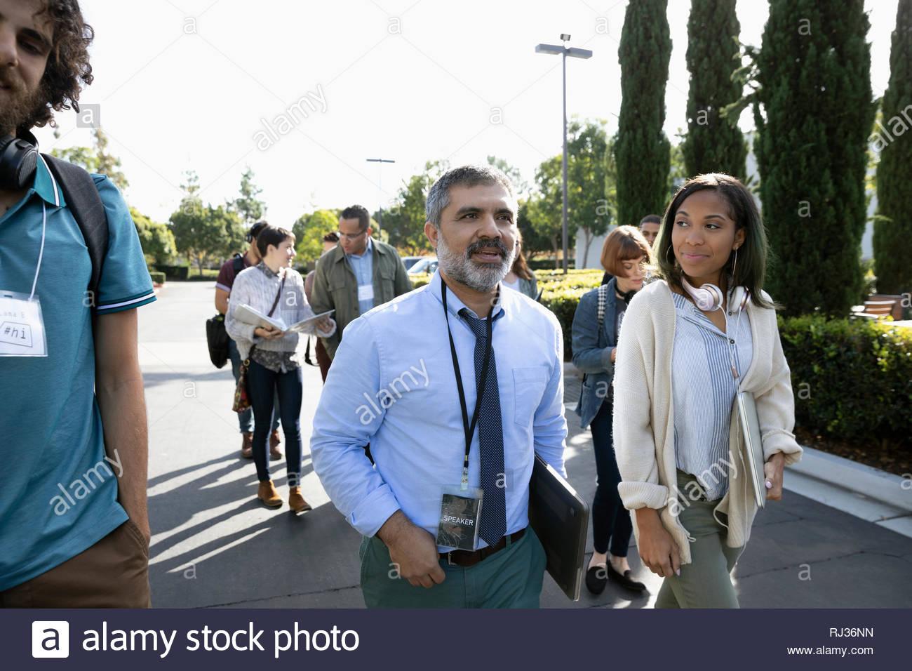 Business gente caminando en el estacionamiento Imagen De Stock