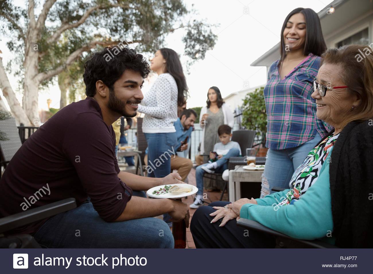 Latinx abuela y nietos hablando a la barbacoa familiar Imagen De Stock