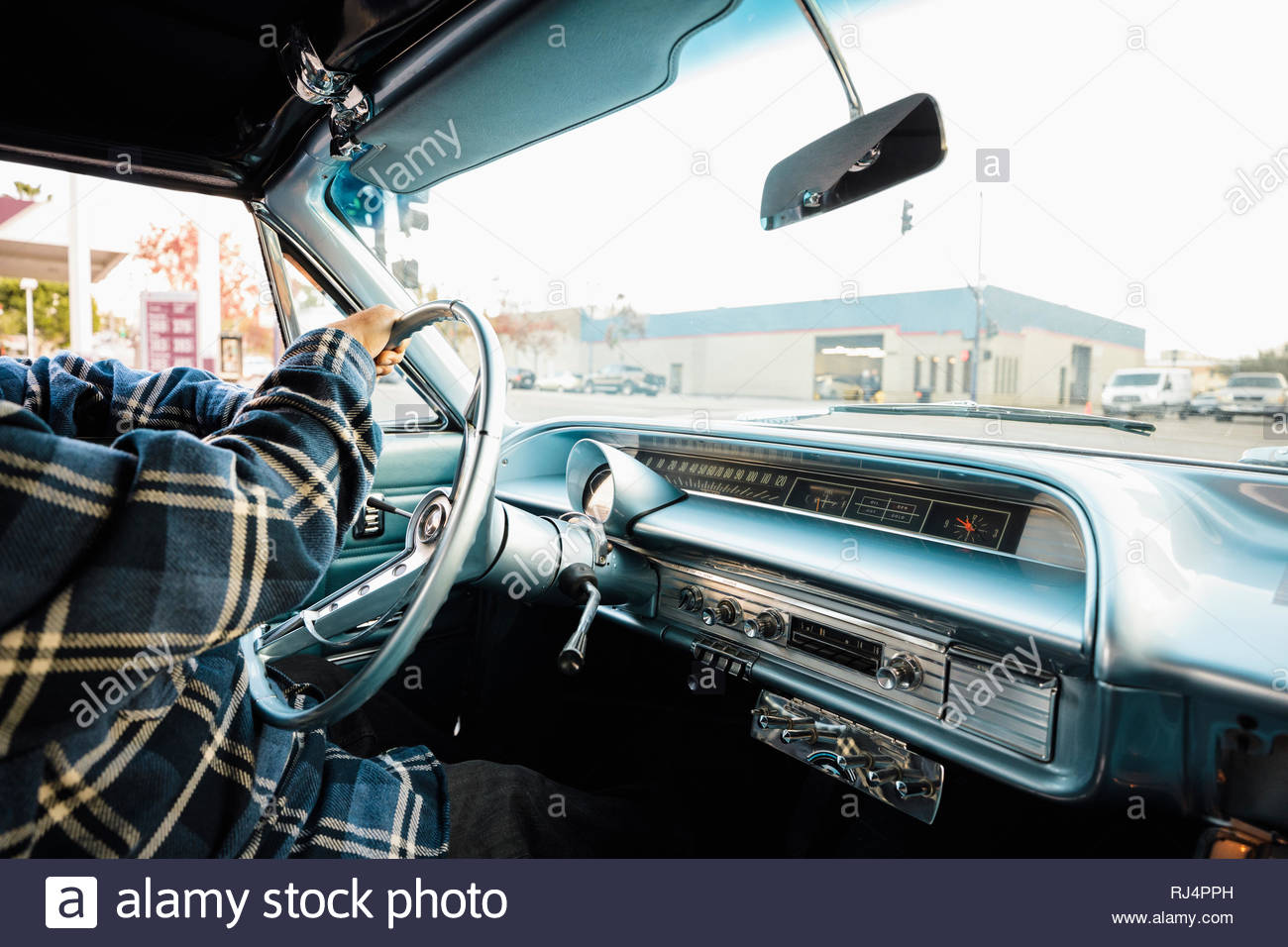 El hombre conducir coches antiguos Imagen De Stock