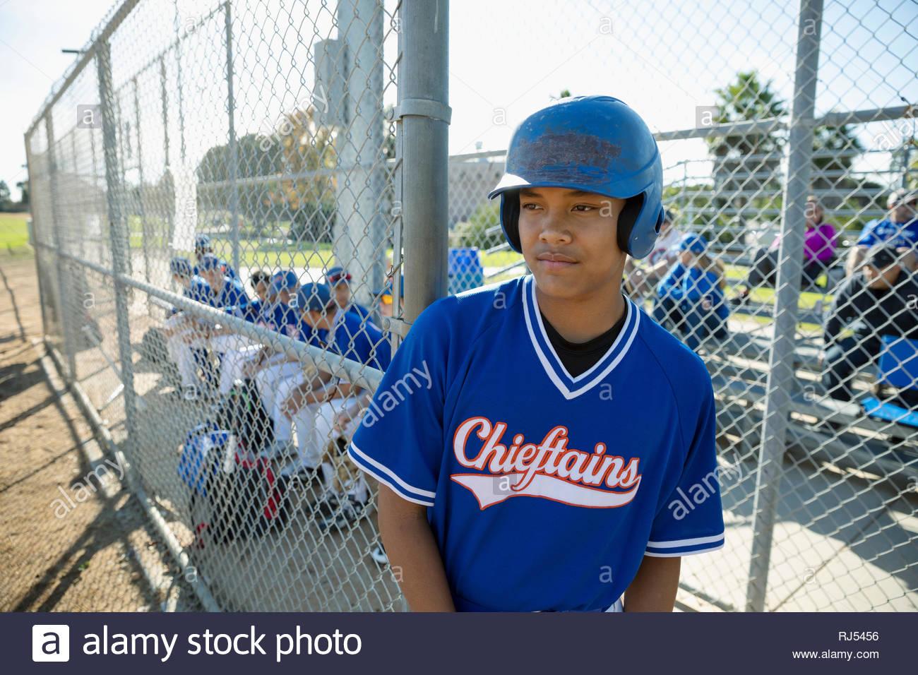 Enfocada, decidida Latinx jugador de béisbol Imagen De Stock