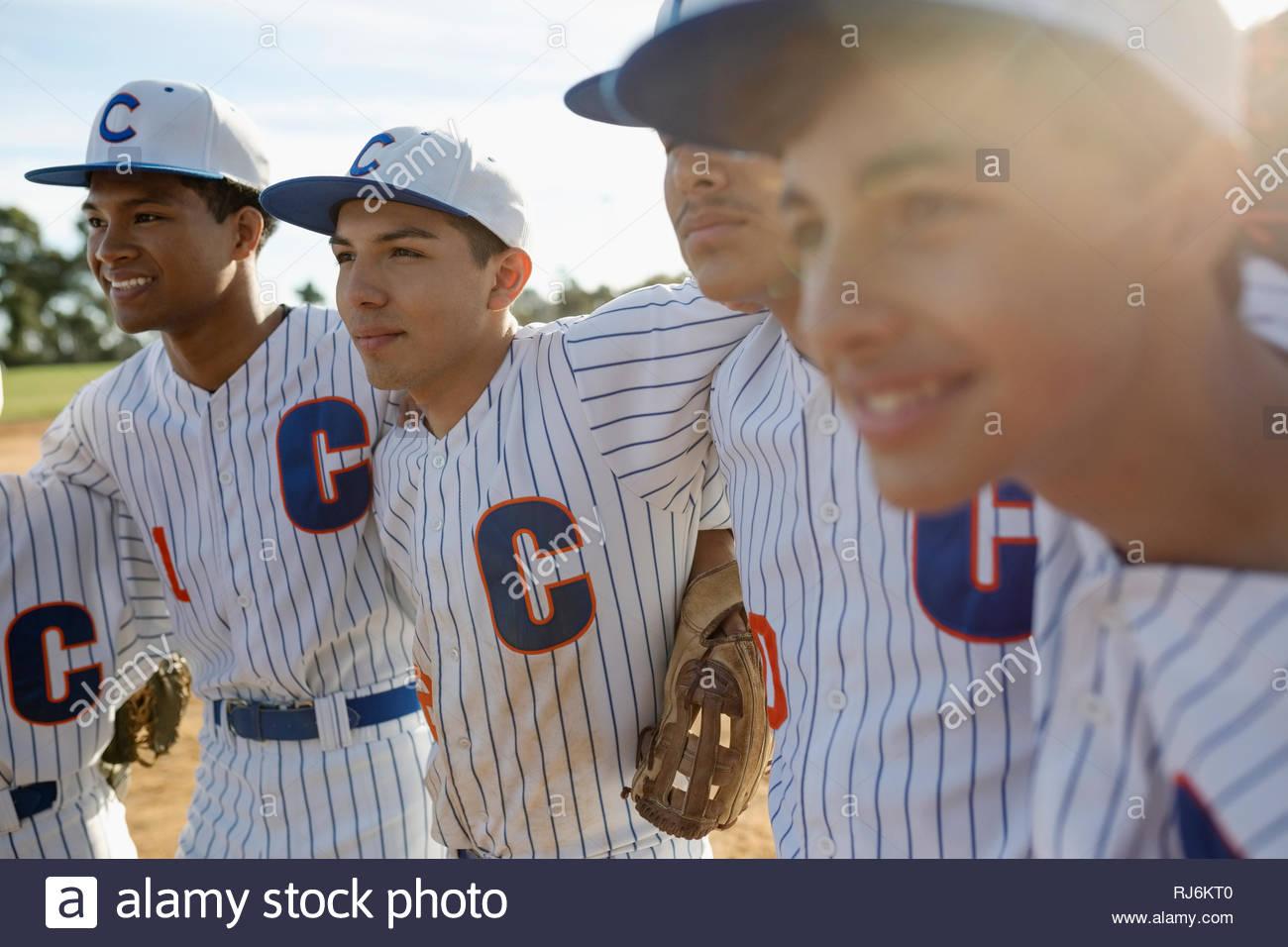 Confianza en el equipo de béisbol Latinx se apiñan Imagen De Stock