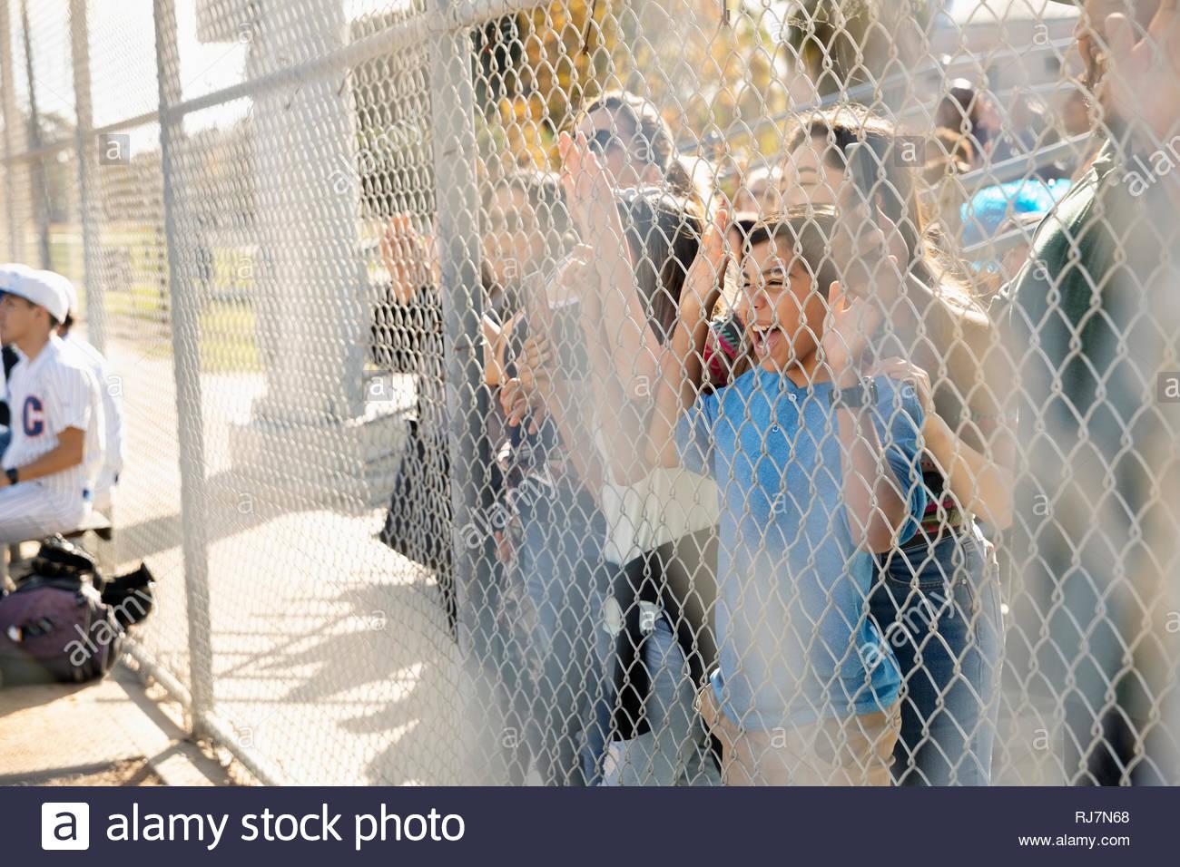Entusiastas fans vitoreando en valla durante el juego de béisbol Imagen De Stock