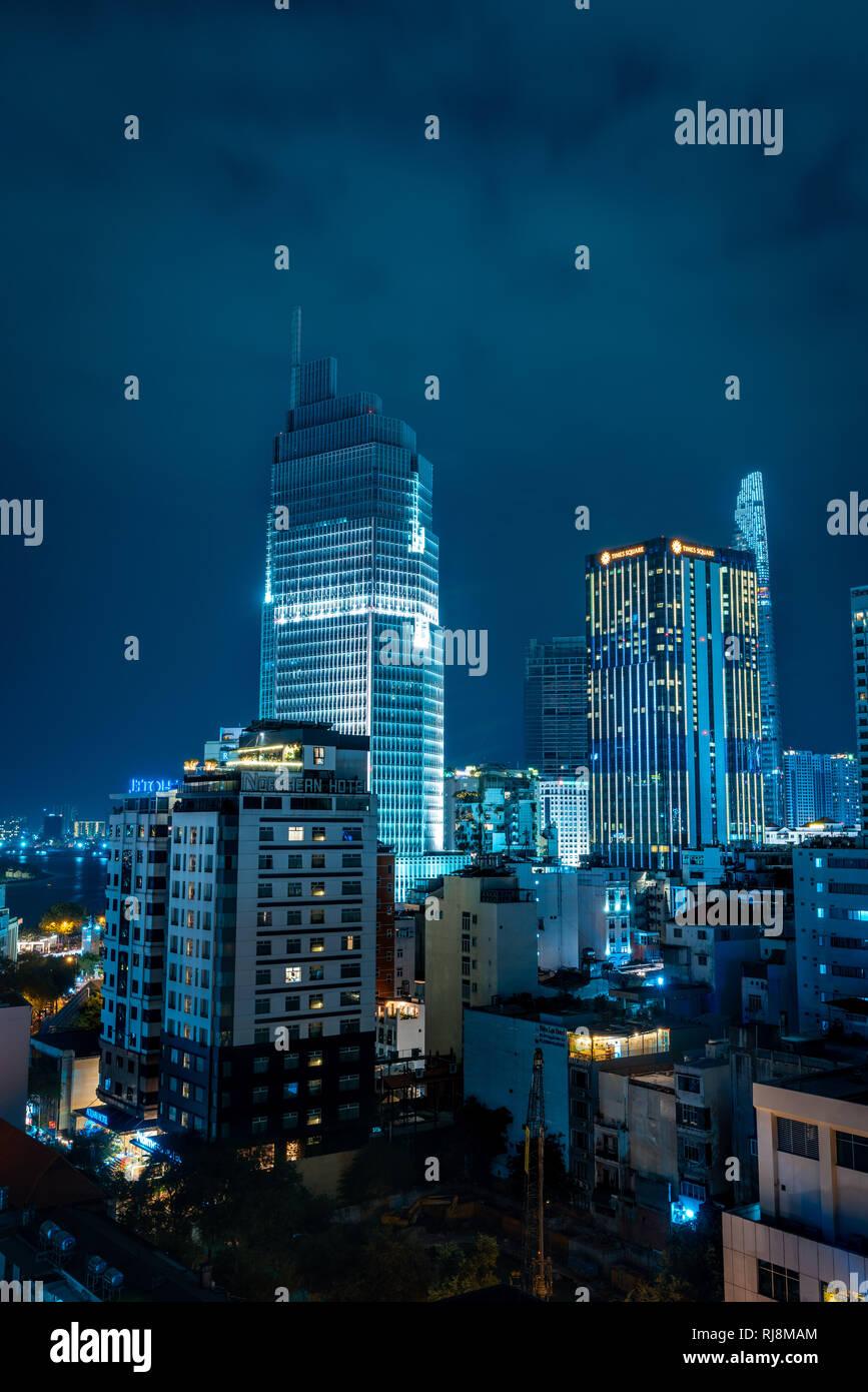 Celebración. Skyline con fuegos artificiales iluminan el cielo sobre el distrito de negocios en la ciudad de Ho Chi Minh (Saigón), Vietnam. Hermosa vista nocturna del paisaje urbano. Holid Foto de stock