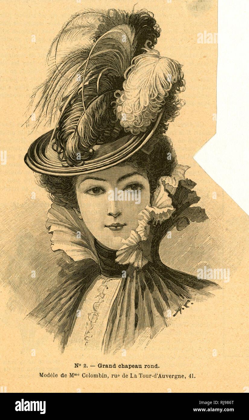 Mujer vistiendo sombrero adornado con varios tipos de plumas Foto ... 316982be029