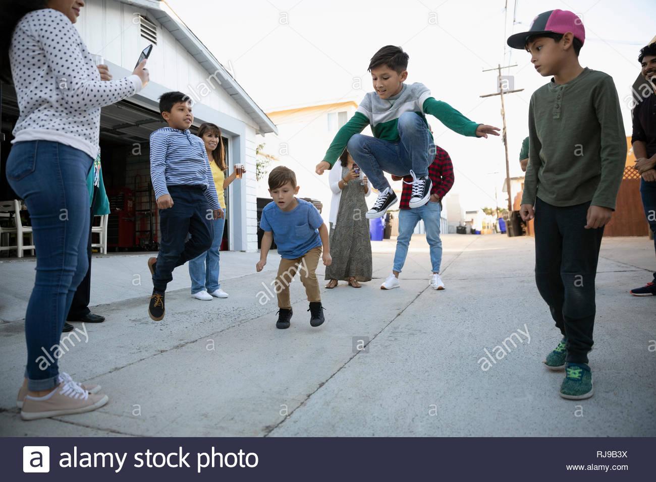Latinx muchachos jugando, bailando en el callejón Imagen De Stock