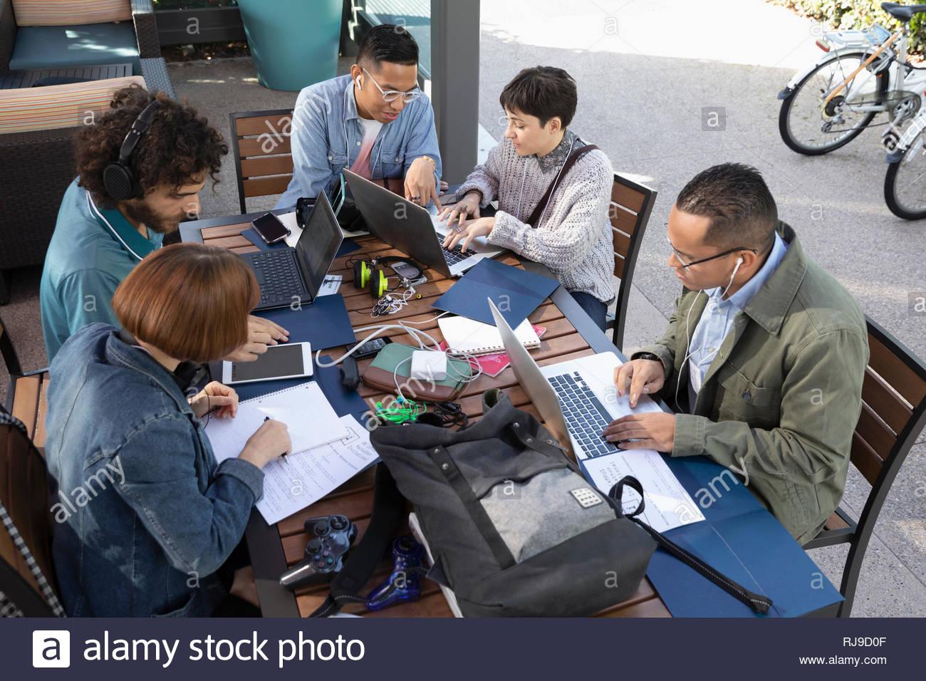 Empresarios milenario trabajando en mesita de café Foto de stock