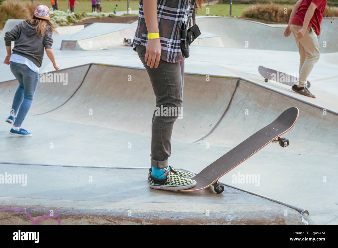 Una adolescente se prepara para skate bajar la rampa al nivel Skatepark en  Brighton 348f4ae2e1c