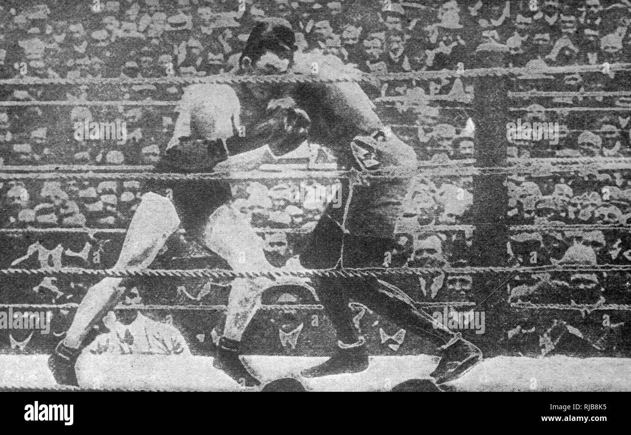 """Jack Johnson (1878-1946), apodado """"El Gigante de Galveston, Afro-americano campeón del mundo de boxeo, 1908-1915, en la pelea por el título mundial de pesos pesados (en La Habana, Cuba) el 5 de abril de 1915 contra Jess Willard (1881-1968), American heavyweight boxer, apodado el Pottawatomie gigante. Willard ganó por K.O. en el 26ª ronda. Foto de stock"""