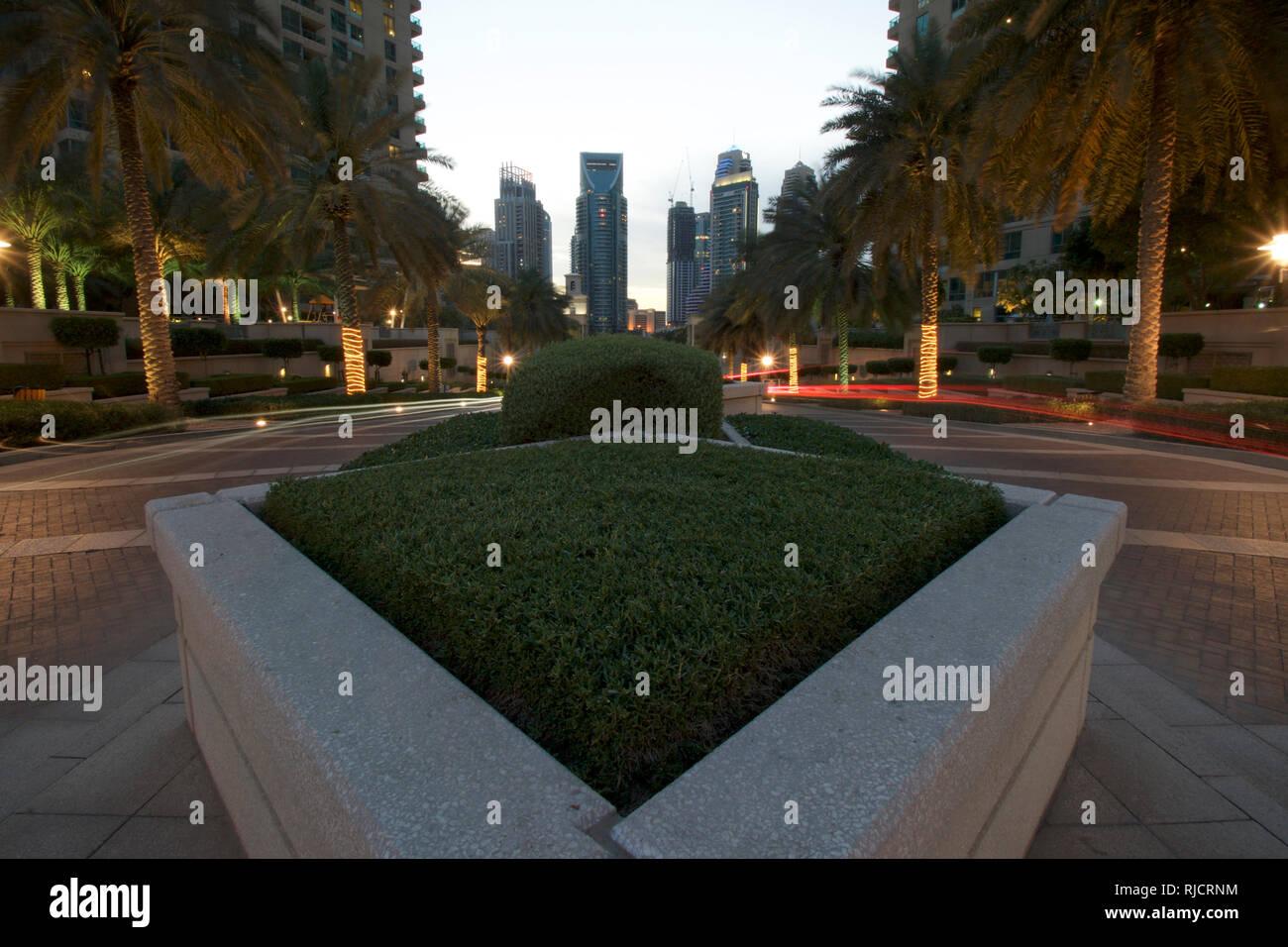 Marina Dubai-Entrance caminando hacia el atardecer 2 Imagen De Stock