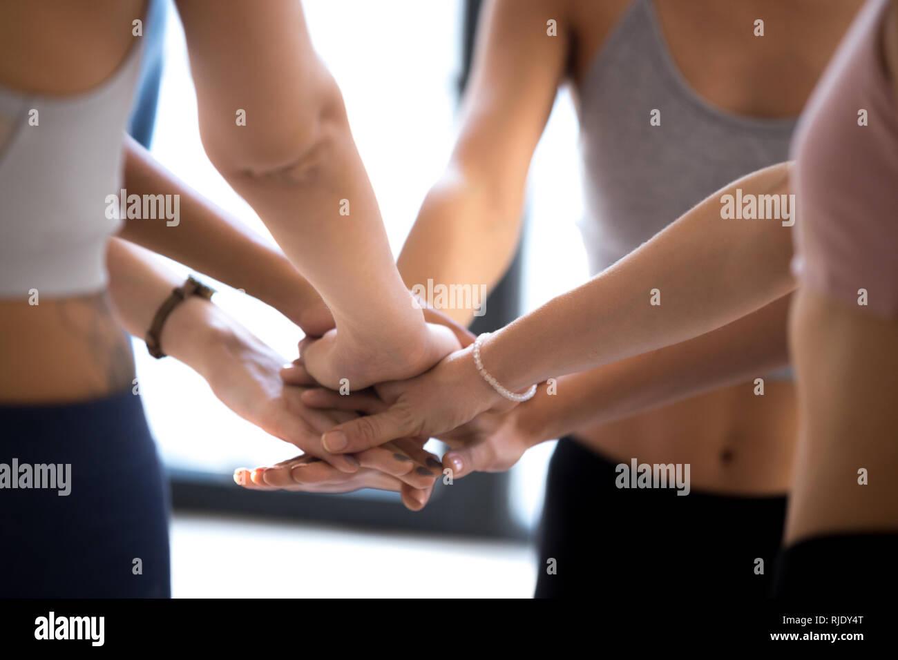 Pila de deportistas manos mostrando el espíritu de equipo en la formación Imagen De Stock