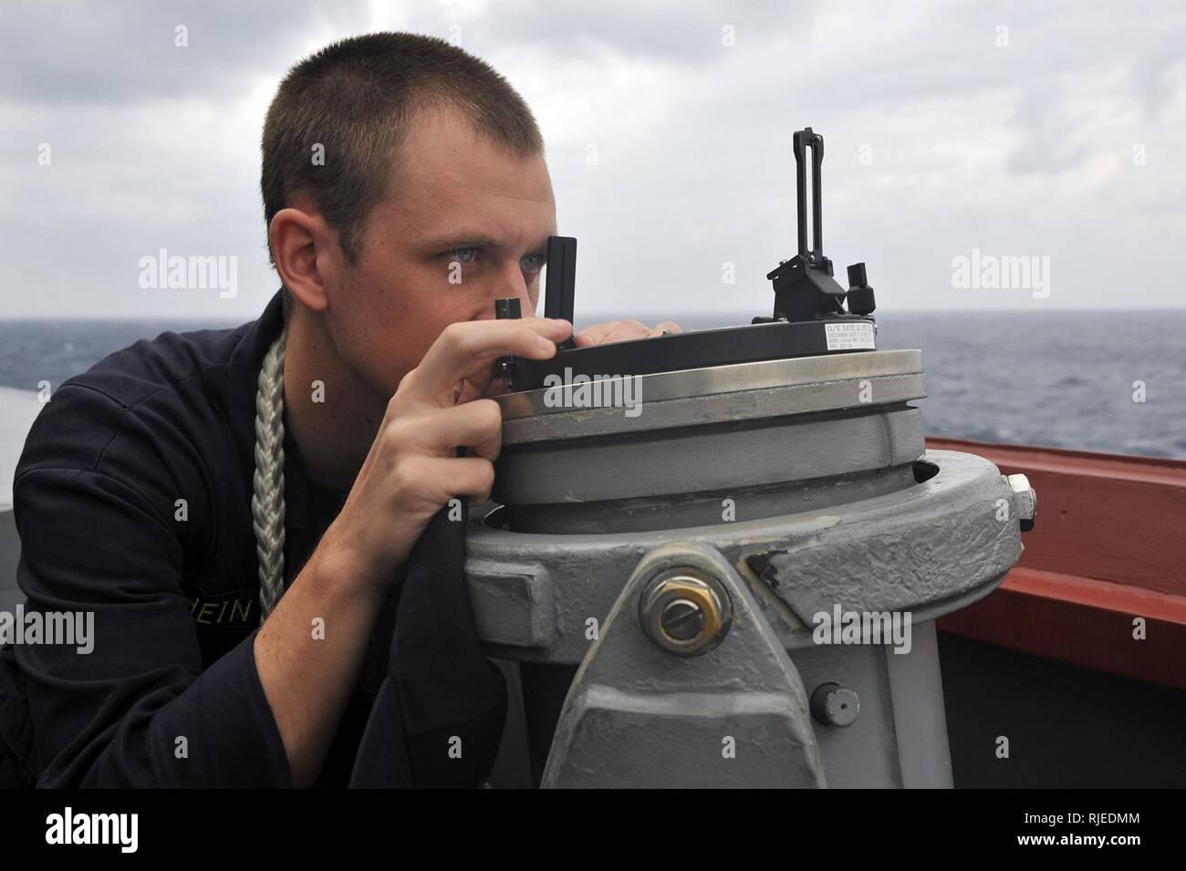 Mar de Filipinas (Nov. 6, 2012) enseña Mateo Hein, asignado a la clase Arleigh Burke de misiles guiados destructor USS McCampbell (DDG 85), lleva un cojinete en el ala del puente. McCampbell es parte de la George Washington Carrier Strike Group, con sede fuera de Yokosuka, Japón, y está llevando a cabo una patrulla del Pacífico occidental en apoyo de la seguridad regional y la estabilidad de la región Asia-Pacífico vital. Foto de stock