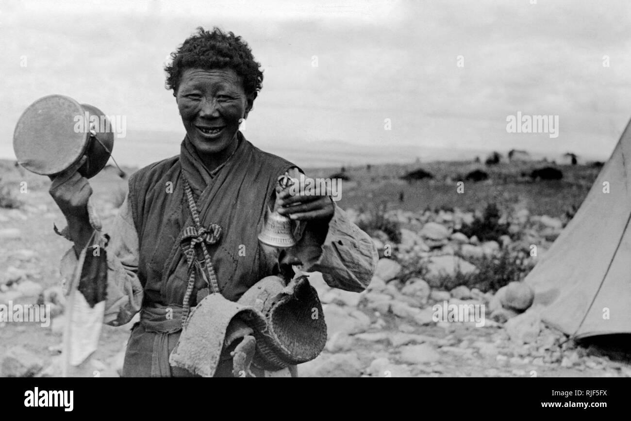Witch Doctor tibetano y el mendigo, expedición italiana en el Tibet, 1920-30 Foto de stock