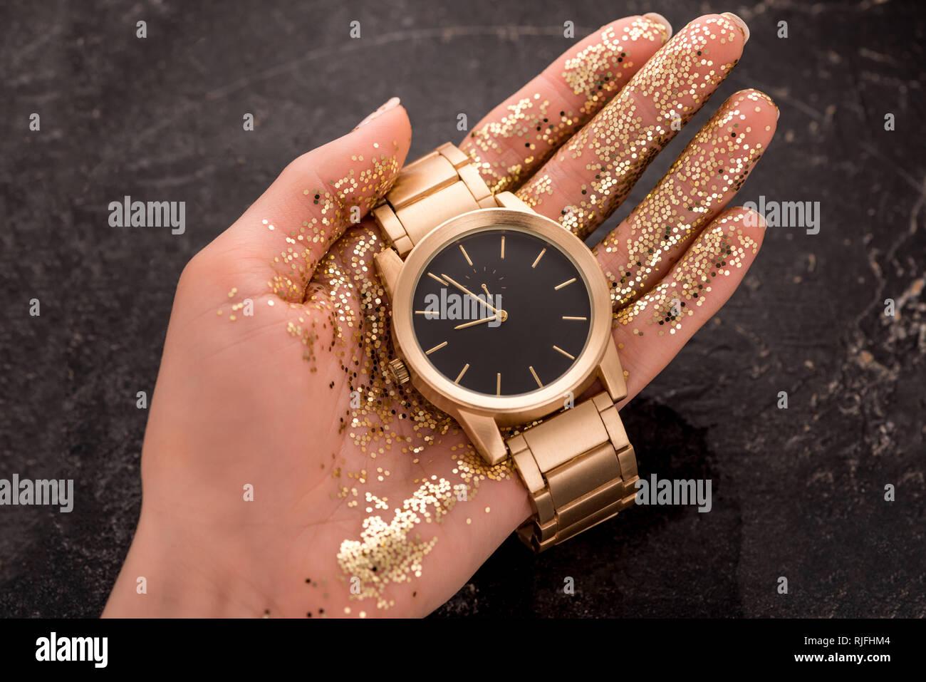 más nuevo mejor calificado apariencia estética zapatos de separación Vista recortada del reloj de pulsera de oro en la mano de ...