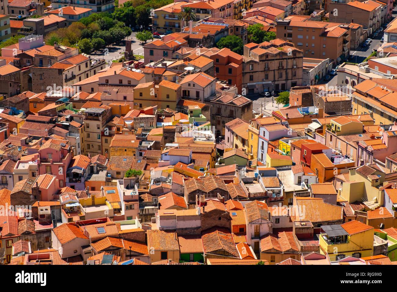 Bosa, Cerdeña / Italia - 2018/08/13: Vista panorámica de la ciudad de Bosa y colinas circundantes visto desde la colina del castillo Malaspina, conocido también como Castillo o Foto de stock