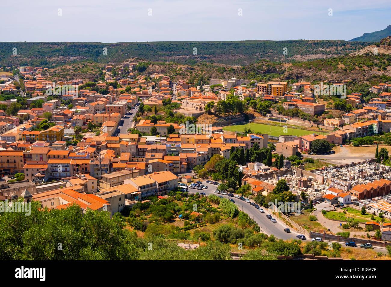 Bosa, Cerdeña / Italia - 2018/08/13: Vista panorámica de la ciudad de Bosa y colinas circundantes visto desde la colina del castillo Malaspina Foto de stock