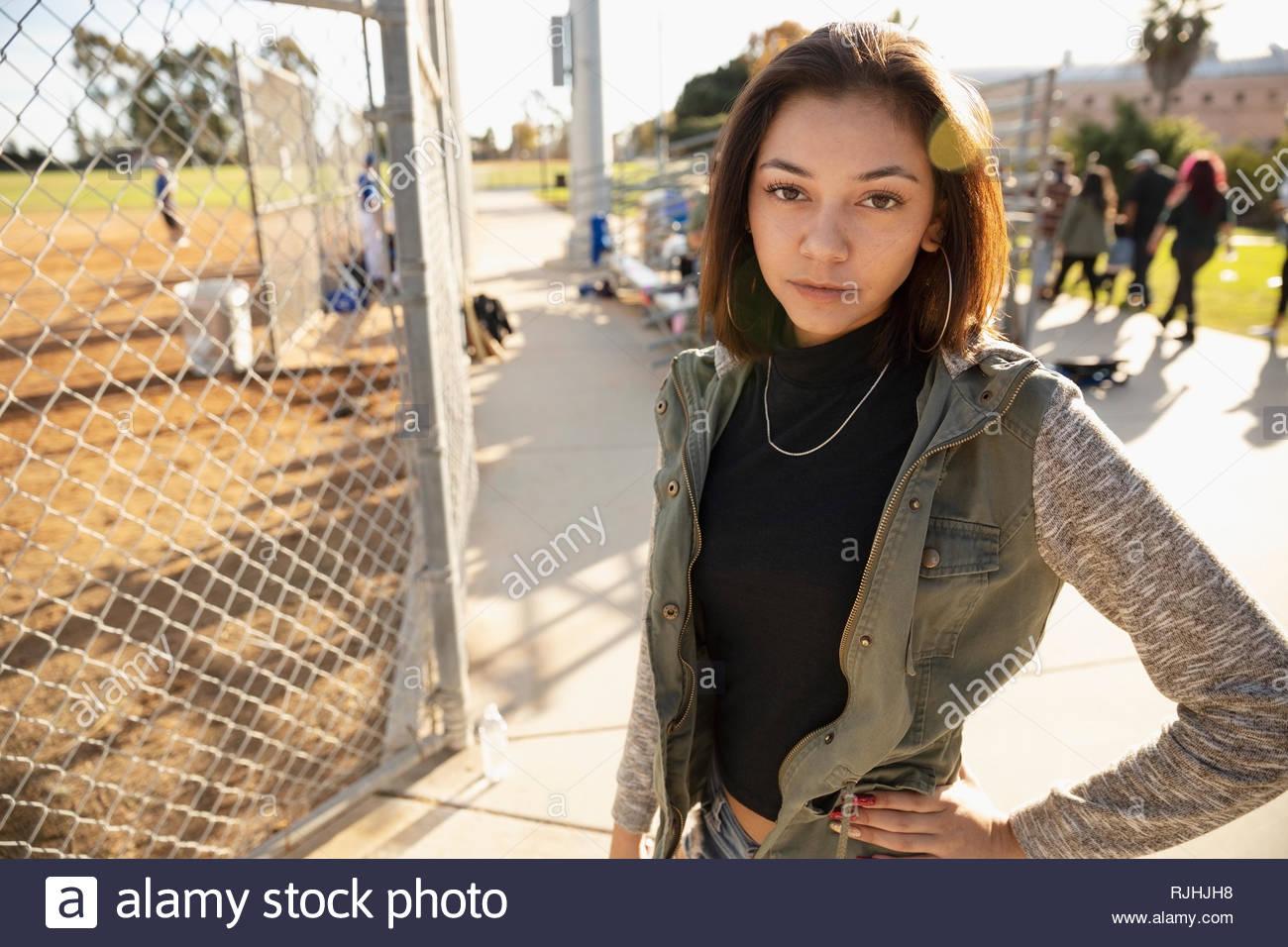 Retrato joven confiada en el juego de béisbol Imagen De Stock