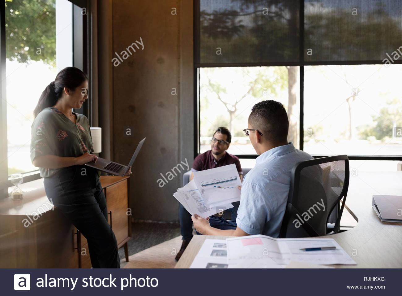 Reunión de gente de negocios, discutiendo el papeleo en la oficina Imagen De Stock