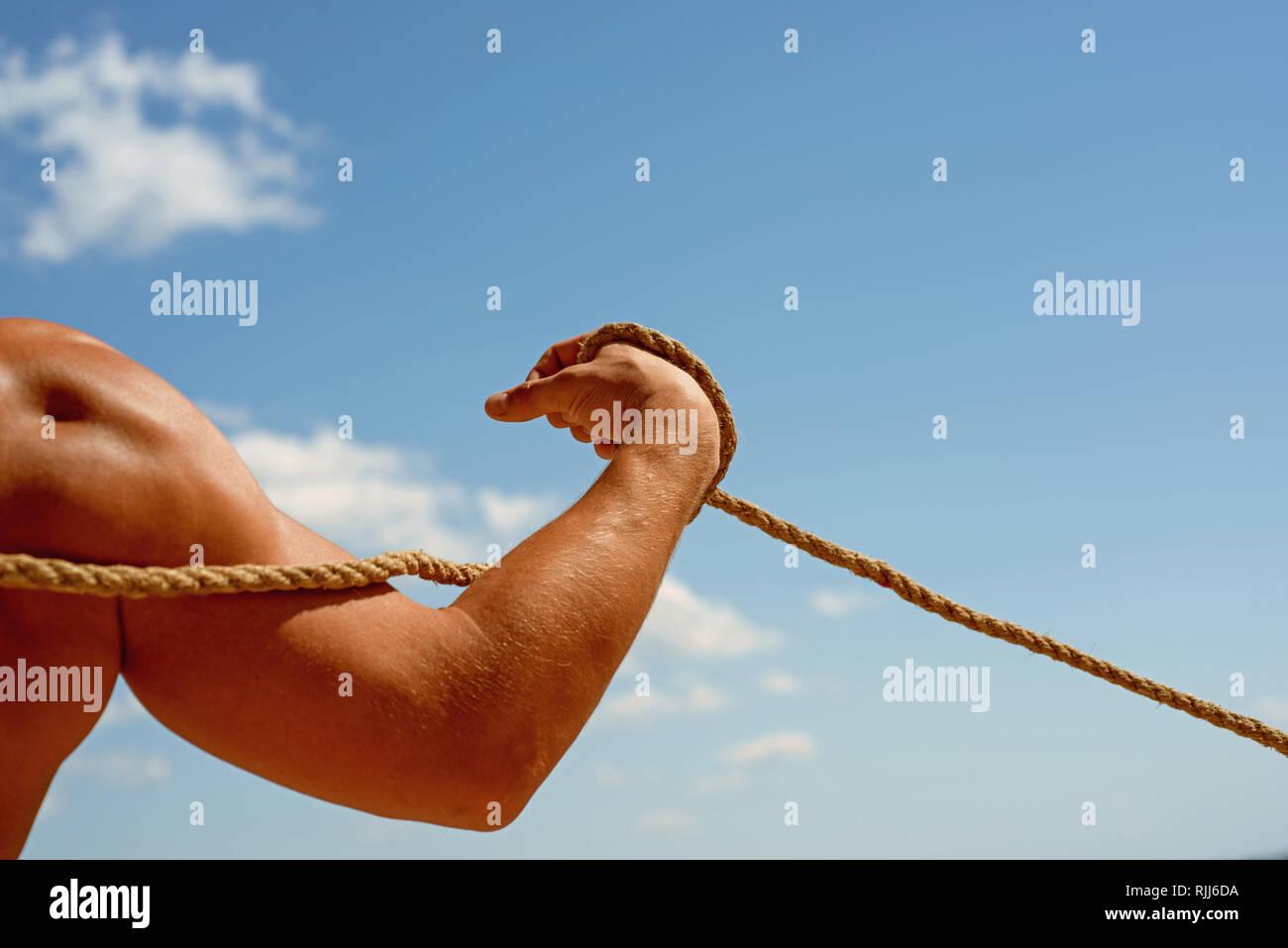 Ganando músculo. La formación deportiva. Brazo fuerte y hombros tirando de la cuerda. Prueba de fuerza muscular. La fuerza física y la fuerza muscular. Deporte y Imagen De Stock