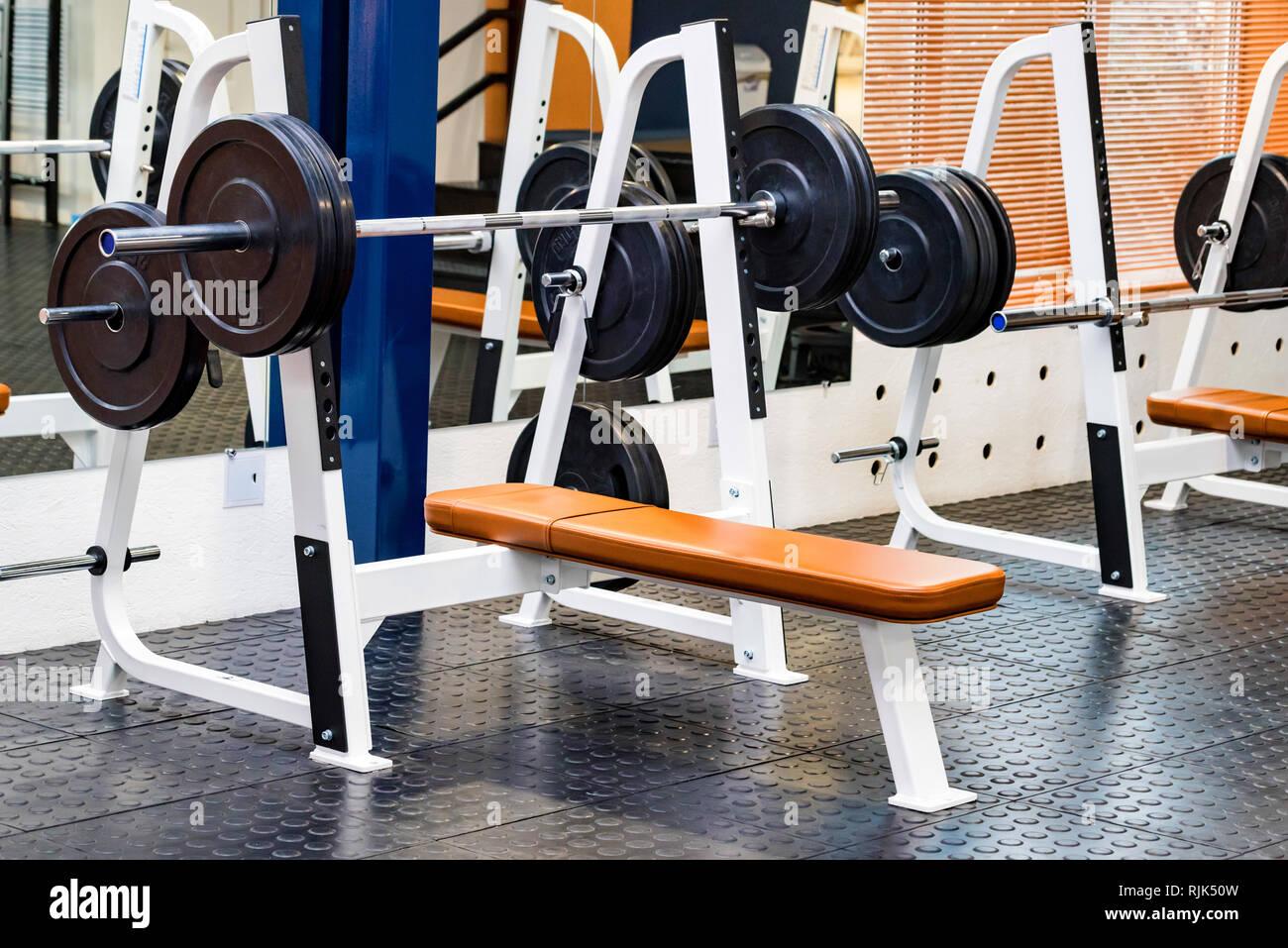 Prensa de banco vacío máquina de ejercicio en el moderno gimnasio Imagen De Stock