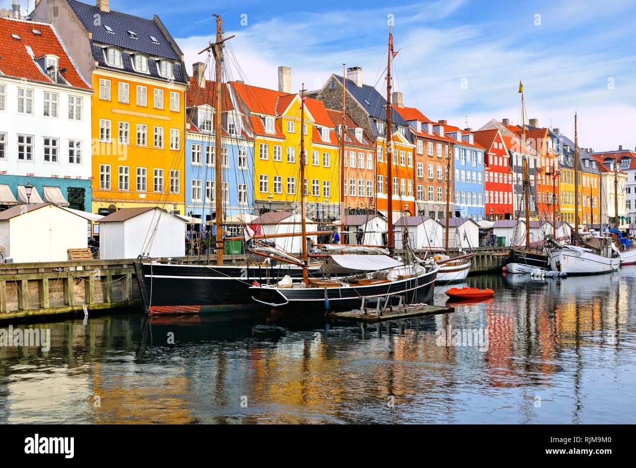 Waterfront coloridos edificios y buques a lo largo de la histórica Canal Nyhavn, Copenhague, Dinamarca Foto de stock