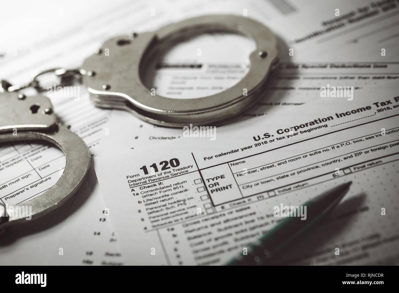 Concepto de evasión fiscal - el formulario de impuestos 1120 y esposas Imagen De Stock