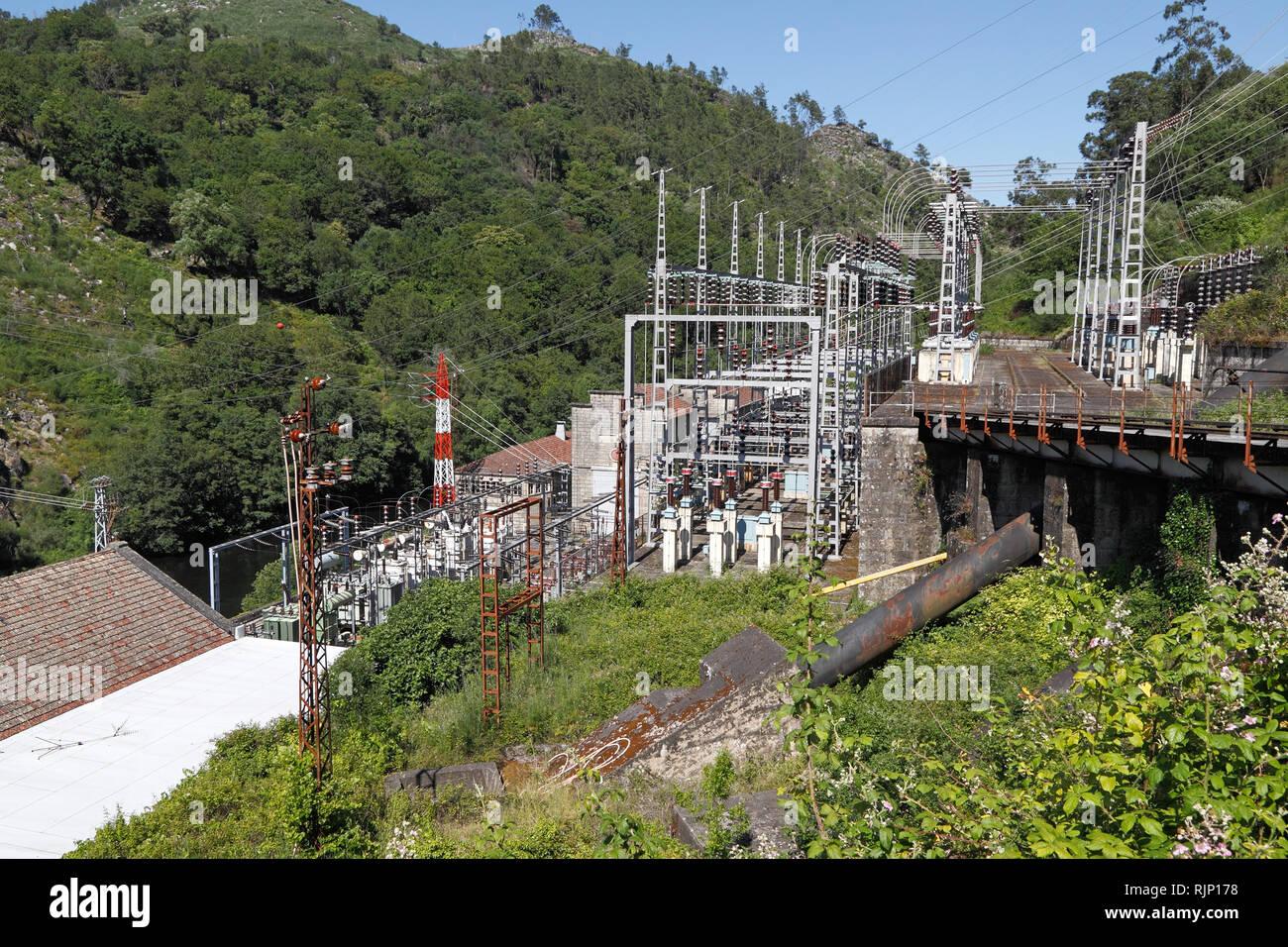 Instalaciones y equipos antiguos, cuidada y funcional, de un río de montaña en el norte de Portugal hidroeléctrica Imagen De Stock