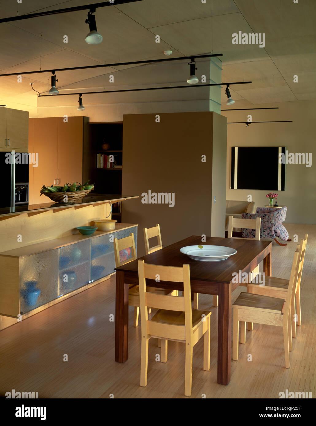 Mesa y sillas de madera simple en la cocina Foto & Imagen De ...