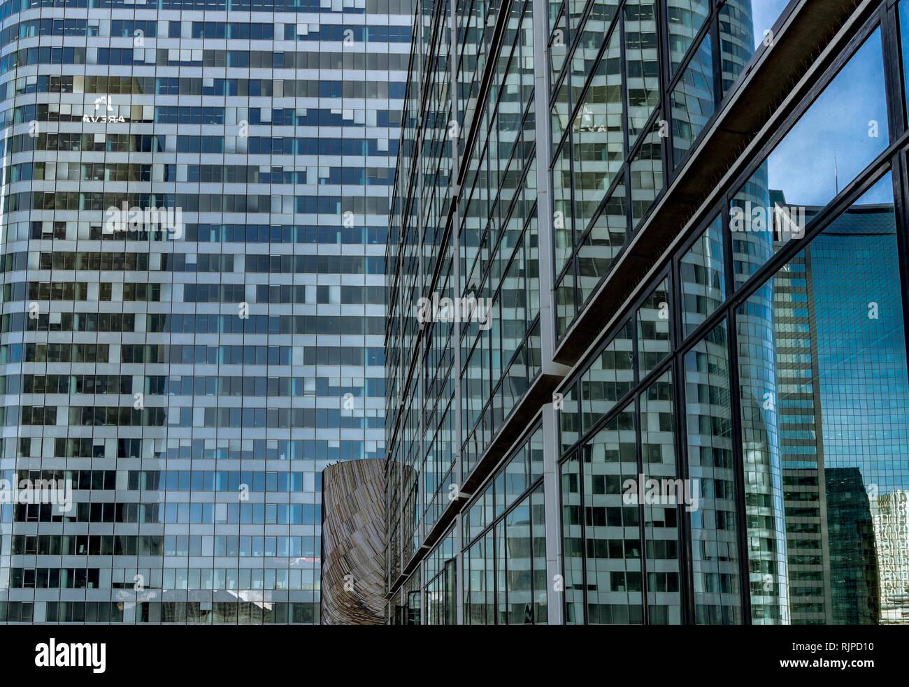 Los reflejos en las ventanas de un edificio de oficinas de gran altura , Paris La Défense Foto de stock