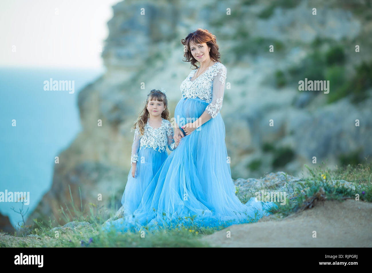 878d8d552 Hermosa mujer embarazada en el romántico vestido de vuelo en la orilla del  mar