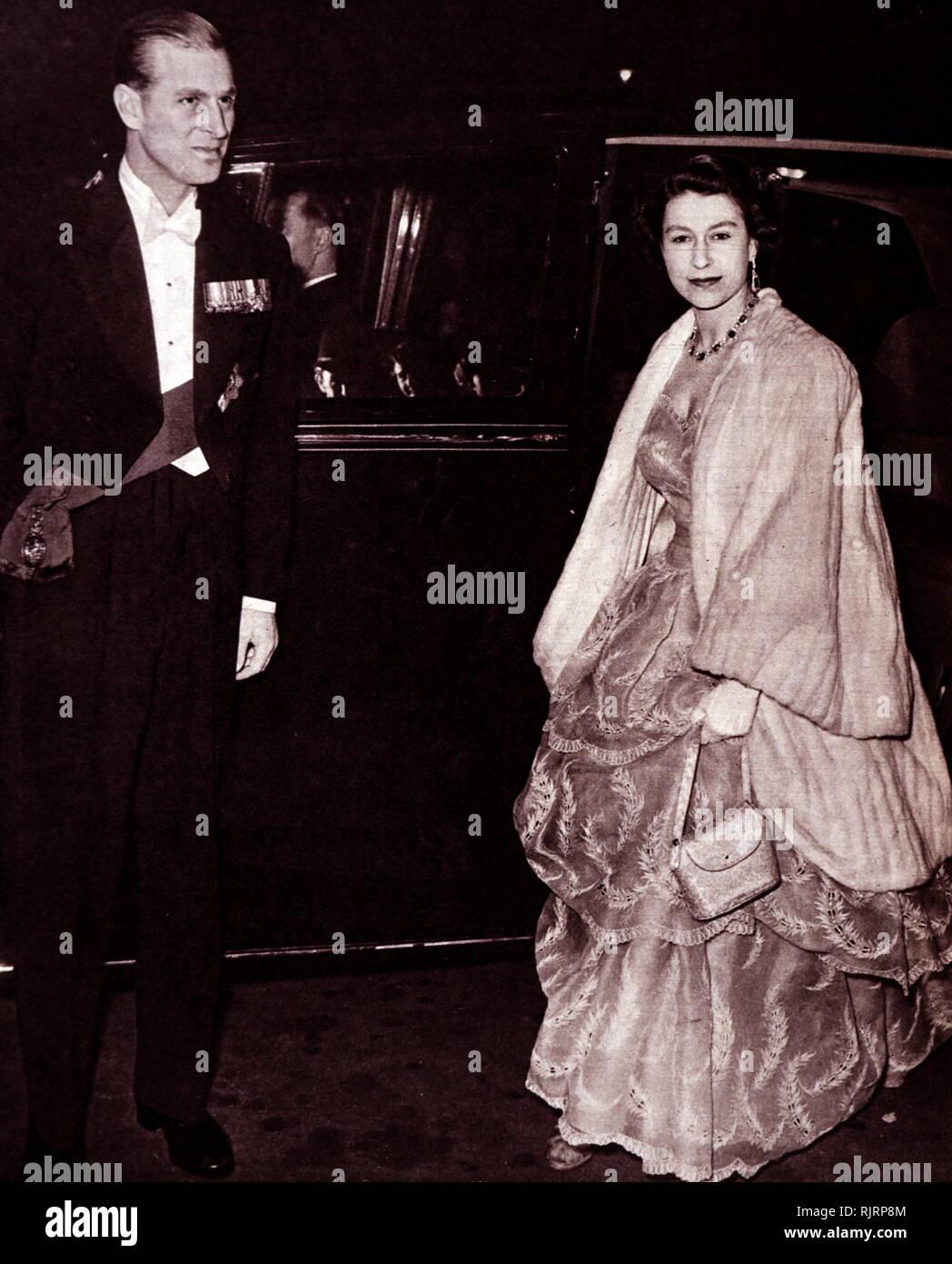 La reina Isabel II y el Duque de Edimburgo llegan en el Royal Albert Hall de Londres. 1953. Imagen De Stock