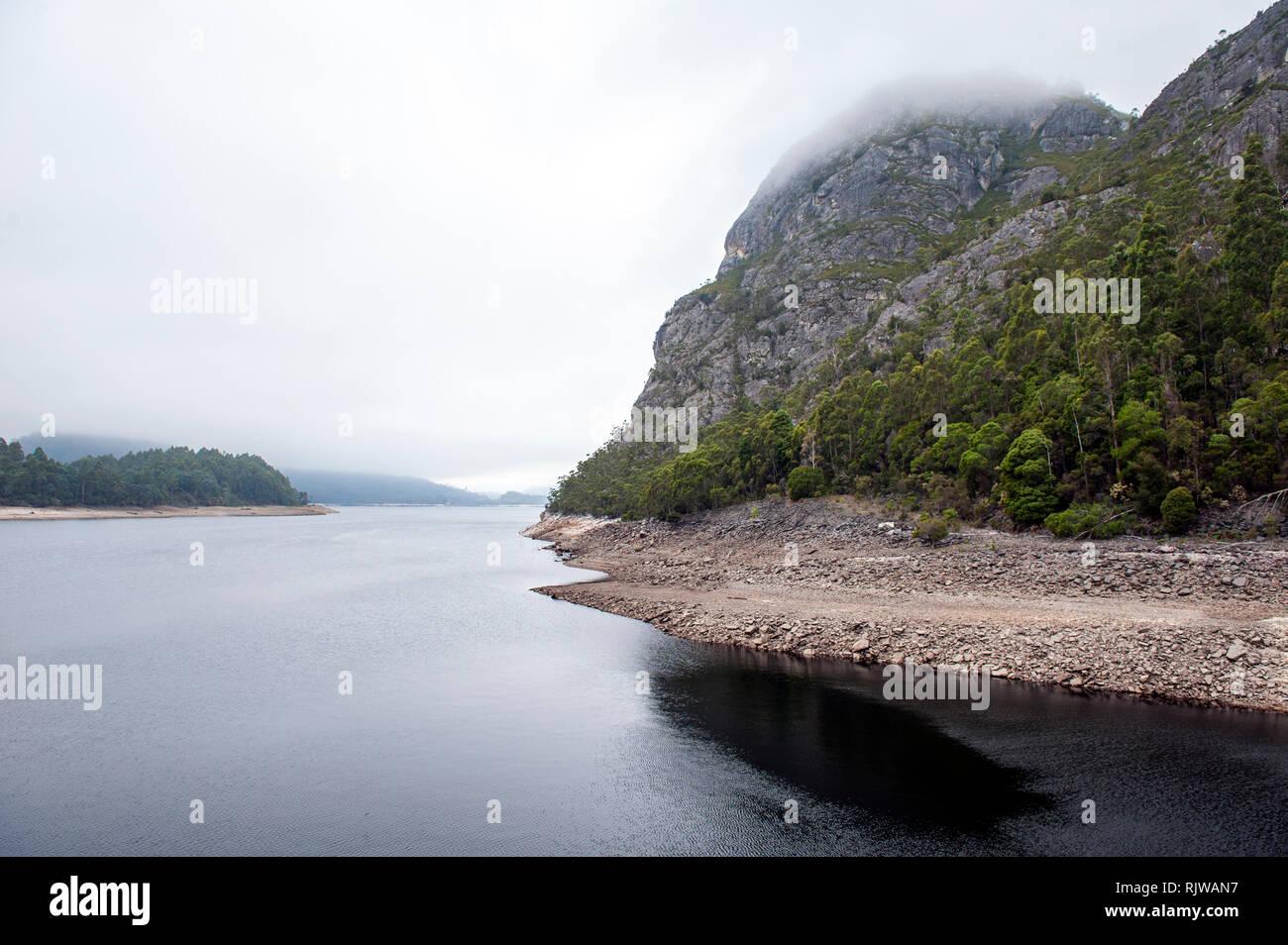 El lago de Mackintosh, un depósito que forman parte del plan de Hydro Electric Pieman cerca Tullah en Tasmania. Foto de stock