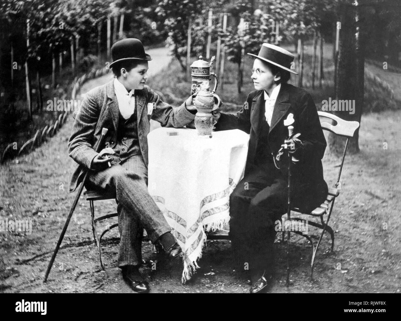 Igualdad, dos mujeres en la ropa de los hombres fumando y bebiendo cerveza, 1910s, Alemania Imagen De Stock