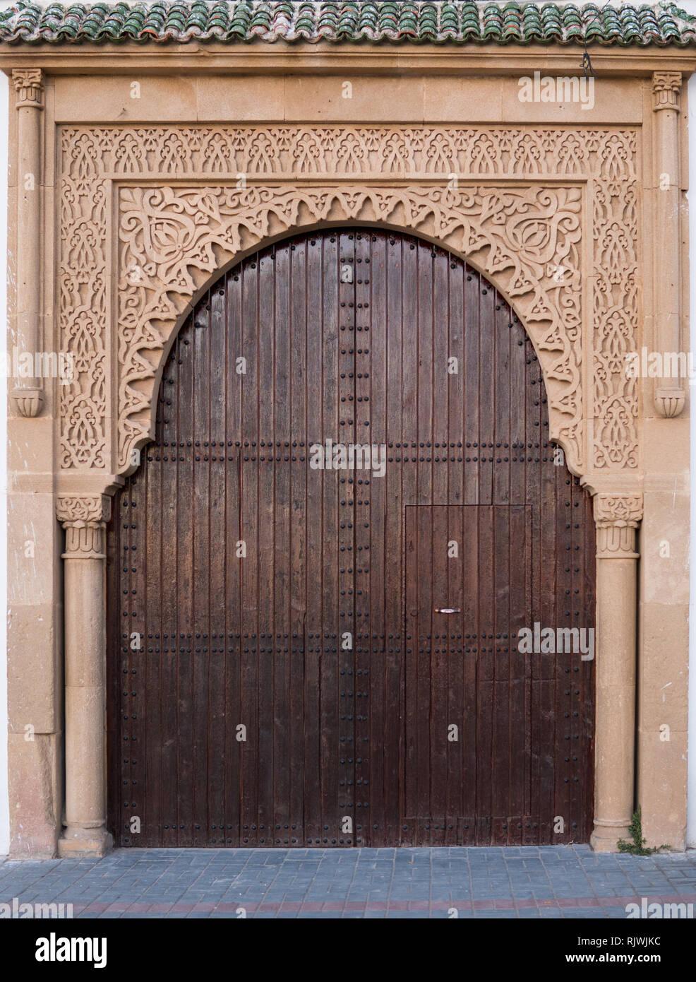Las Grandes Puertas De Madera Antiguas Historicas En Las Calles De