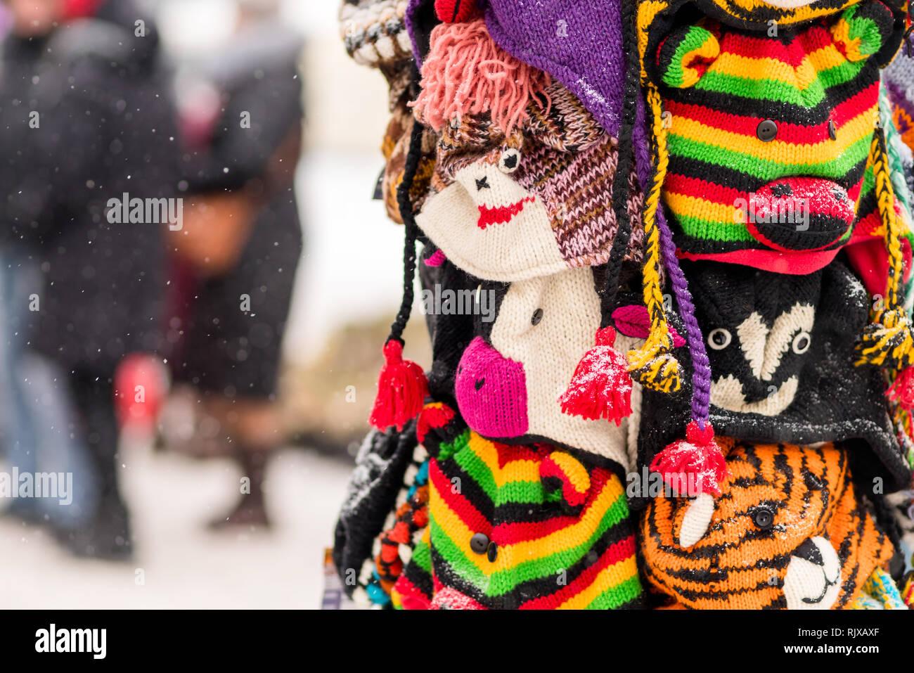Gorros de invierno en la pantalla en un día de nieve en la ciudad de  vacaciones f0fb10e77c5