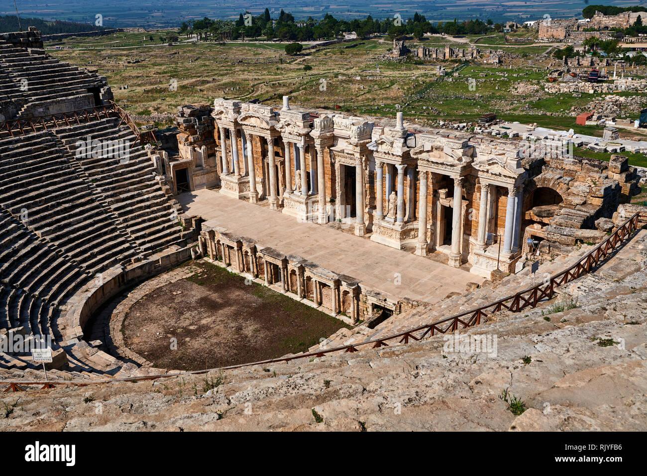 Imagen de un teatro romano reconstruido sobre un antiguo teatro griego bajo el reinado de Adriano tras el terremoto del 60 AD. La fachada es de 300 fee Foto de stock