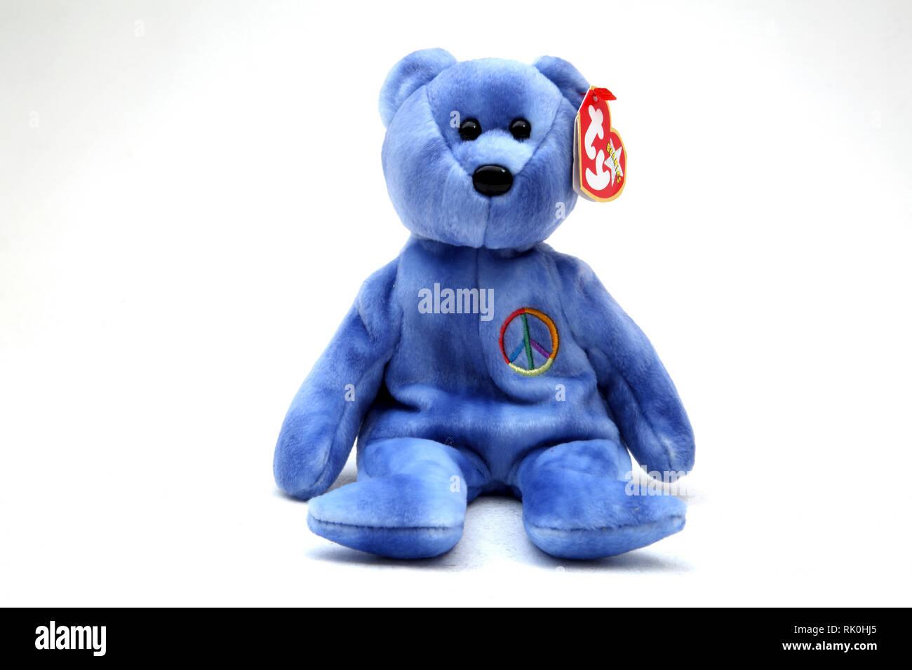 TY Beanie Baby oso azul con el símbolo de la CND en el pecho Imagen De Stock