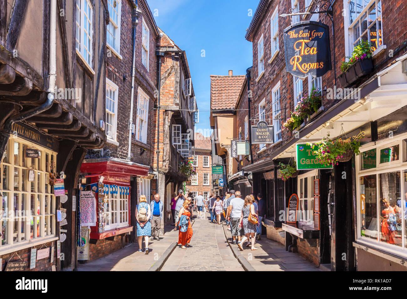 York Shambles turistas caminando por las ruinas de la callejuela de entramado de madera antiguos edificios medievales de York, Yorkshire, Inglaterra, GB Europa Imagen De Stock