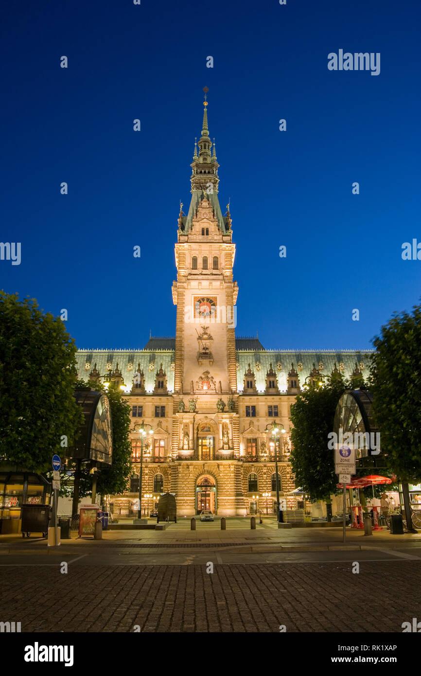 Hamburgo, Alemania; vista de la Rathaus (Ayuntamiento) en la noche Foto de stock