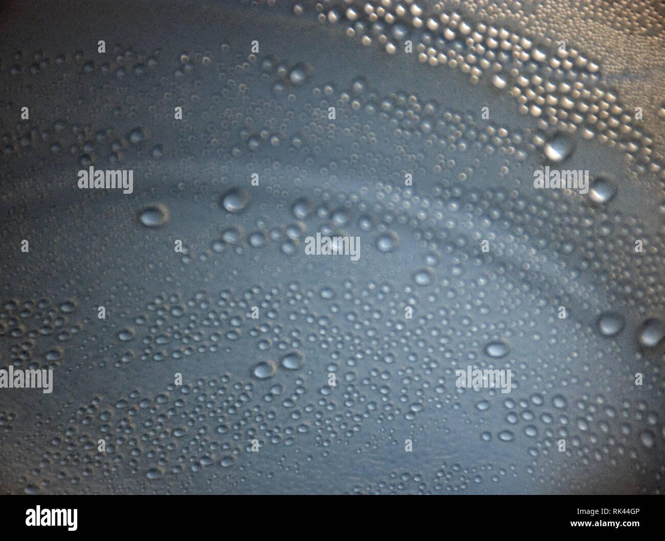 Burbujas de agua en la jarra Imagen De Stock